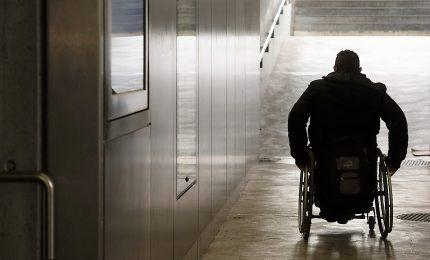 Un uomo in sedia a rotelle investe una donna e fugge