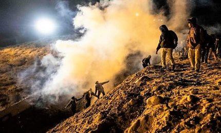 Gas lacrimogeni contro migranti a confine Messico, arrestate 25 persone