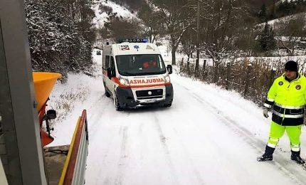 Strada innevata blocca ambulanza, muore anziana