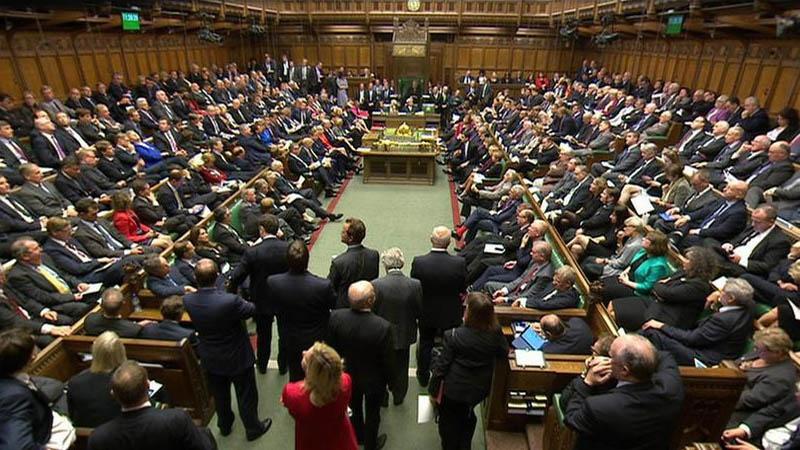 May ancora sconfitta su Brexit, parlamento boccia intesa con Ue. Londra naviga a vista