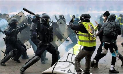 A Parigi torna la protesta dei gilet gialli, scontri e tensioni