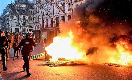 """Ottavo sabato di protesta in Francia, Gilet gialli sfondano con scavatrice gli uffici del governo: """"Macron, dimettiti"""""""