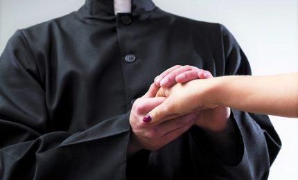 Violenza sessuale: esorcismi a luci rosse, condannato prete