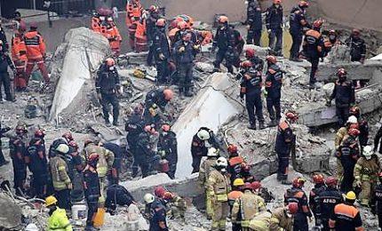 Crolla palazzo di otto piani, 17 morti a Istanbul