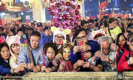 Capodanno lunare, la sfilata notturna per le vie di Hong Kong