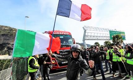 Gilet gialli bloccati alla frontiera italiana. Ancora scontri a Parigi, uomo perde mano