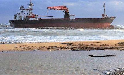 Maltempo, a Bari cargo turco incagliato davanti alla spiaggia
