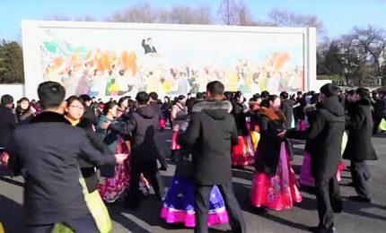 NordCorea, la danza di massa per il compleanno del defunto leader