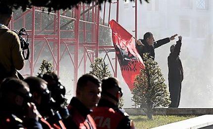 Corteo anti-Rama davanti la sede del governo, polizia spara lacrimogeni