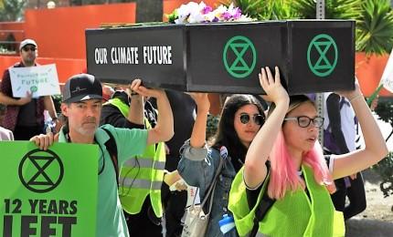 """""""Un piede nella fossa"""", Extinction Rebellion e la sfida sul clima. Gruppo giovanile pronto a disobbedienza civile per salvare la Terra"""