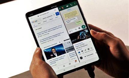 Samsung presenta il suo primo cellulare-tablet pieghevole