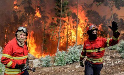Maxi-incendio a Dacca, almeno 45 morti