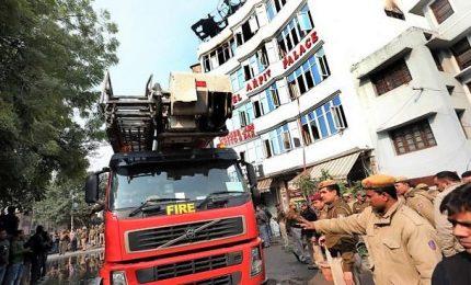 Incendio in hotel al centro di Dehli, almeno 17 morti