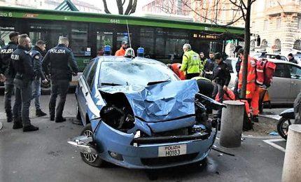 Autobus contro auto polizia: tre feriti, due gravi