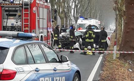 Auto si schianta contro un albero, muore 68enne