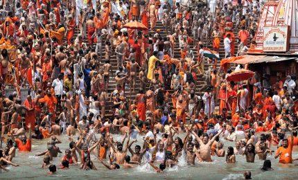 Il raduno religioso più grande al mondo sulle rive Gange