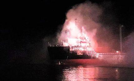 Fiamme su nave mercantile a Chioggia