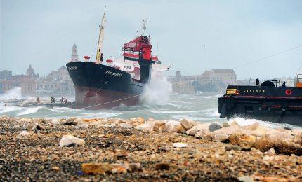 Continuano a Bari le operazioni per disincagliare l'Efe Murat
