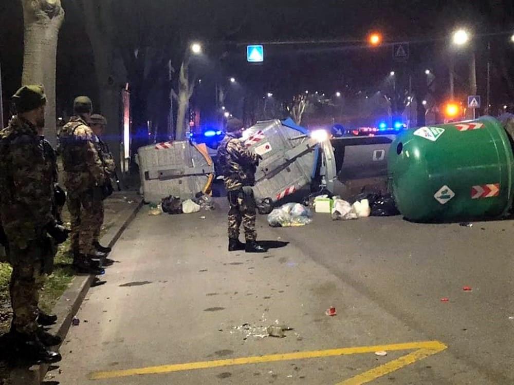 Rivolta in strada a Ferrara, migranti contro forze dell'ordine