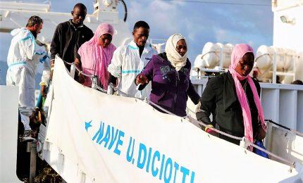 """Ora i migranti chiedono pure risarcimento danni. Salvini: """"Regaleremo cioccolatini"""""""