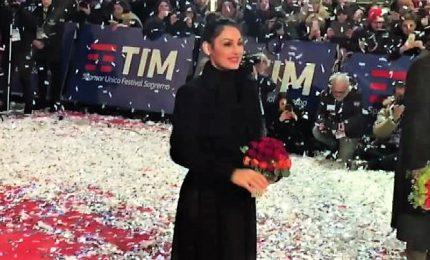 A Sanremo il red carpet dei 24 artisti, selfie e autografi