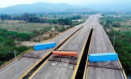 Sale la tensione in Venezuela, Maduro chiude la frontiera con la Colombia. I primi morti