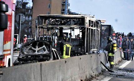 Autista dirotta bus e gli da' fuoco, salvi 51 studenti. Al 47enne, contestata anche aggravante terrorismo