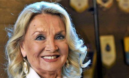 Barbara Bouchet: risate con Zalone sul set. In tv oggi volgarità