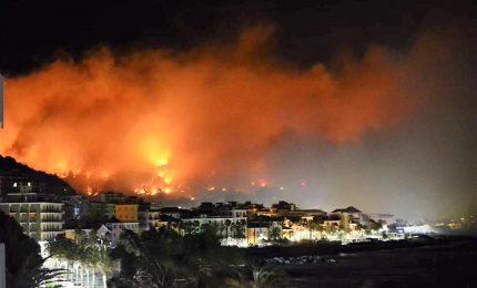 Vasto incendio a Cogoleto, case evacuate e scuole chiuse