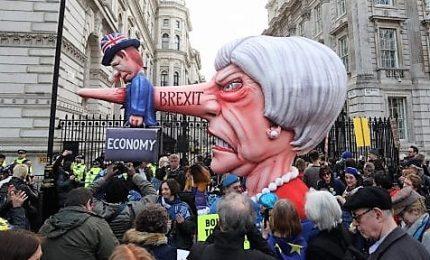 Gran Bretagna sempre più nel caos, oltre 5 milioni di firme per bocciare la Brexit.
