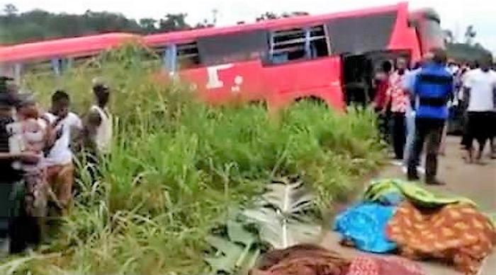 Scontro frontale tra due autobus, almeno 60 morti