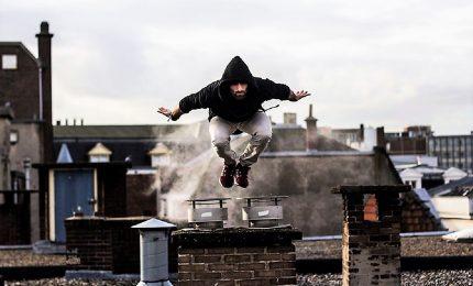 Cede il tetto mentre fa 'parkour', gravissimo 16enne