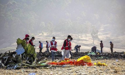 Aereo precipitato in Etiopia, 5 giorni per identificare le vittime. Anche Australia sospende voli Boeing 737 Max