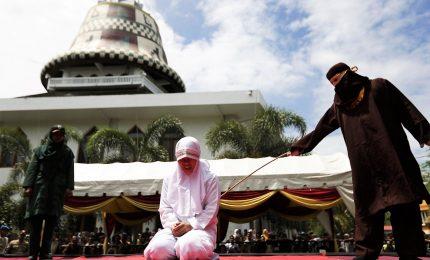 Relazione al di fuori del matrimonio, coppie non sposate frustate in pubblico