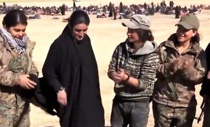 Isra, schiava dell'Isis venduta a 10 uomini: darei fuoco a Daesh