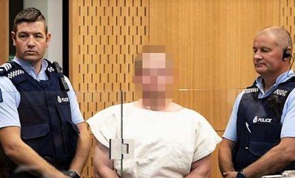 Il killer scalzo e sprezzante all'udienza in tribunale. Il giudice ordina di oscurare il volto