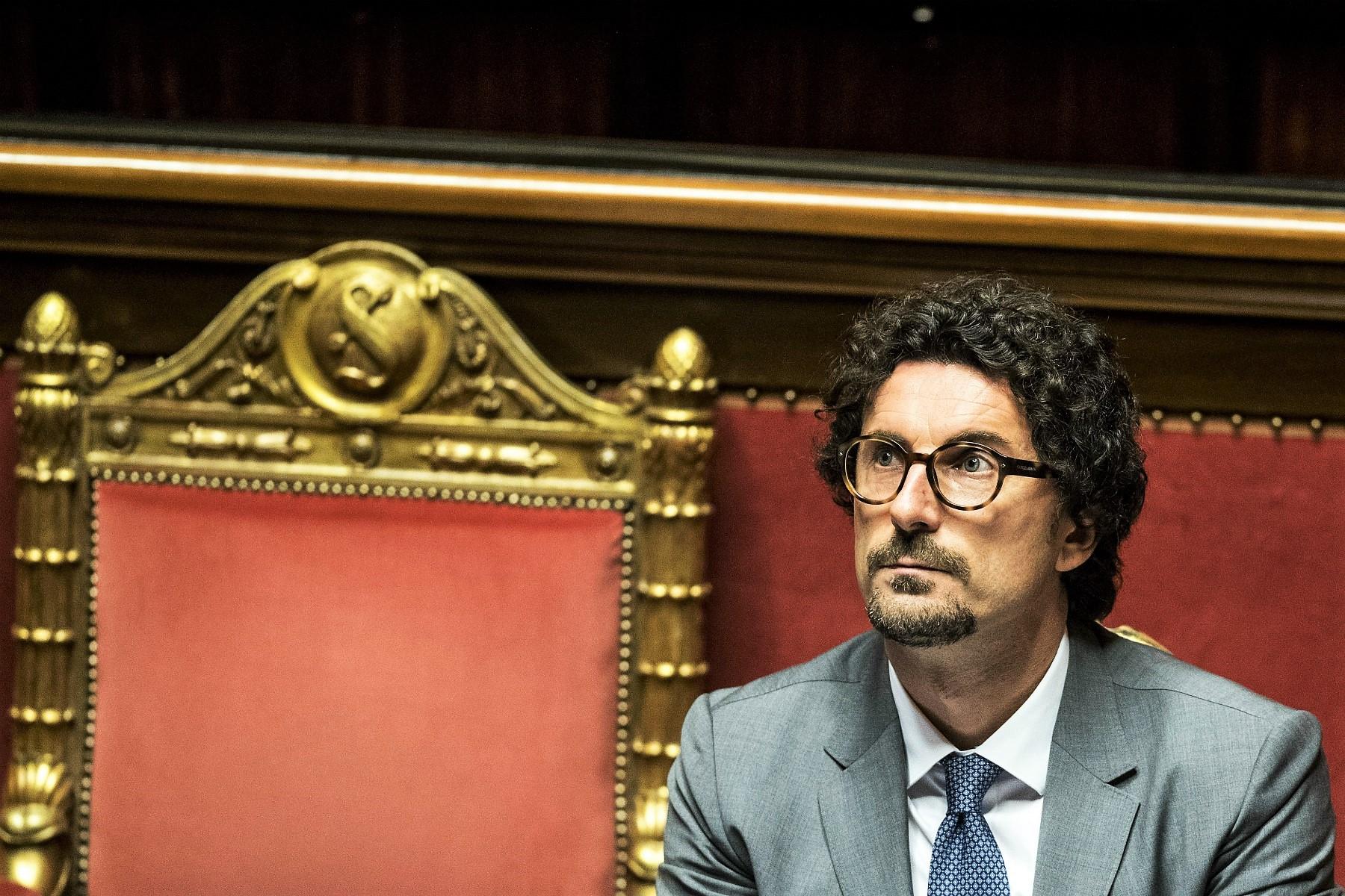 Il Senato salva Toninelli, ma i ministri della Lega lo lasciano solo