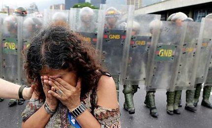 Il Venezuela piomba nel buio, per Maduro è sabotaggio. In tilt l'aeroporto di Caracas