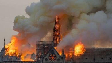 """In fiamme la cattedrale di Notre-Dame, crollata la guglia simbolo di Parigi dal 1163. Macron: """"La ricostruiremo tutti insieme"""". I pompieri: """"La struttura è salva"""""""
