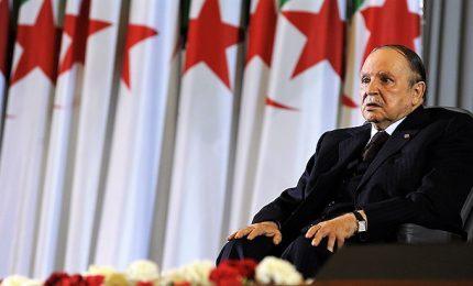 """L'""""eterno"""" Bouteflika si dimette. Lo Stato Maggiore militare era pronto per l'impeachment"""