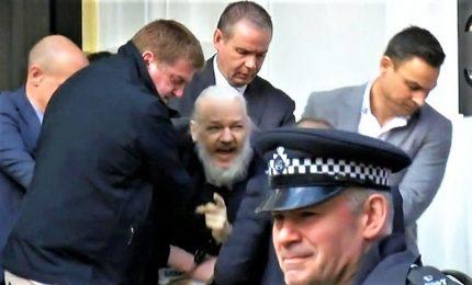 Arrestato Assange dopo revoca asilo. Wikileaks: violato il diritto internazionale