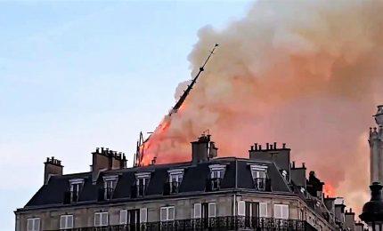 Il momento del crollo della guglia di Notre Dame a Parigi