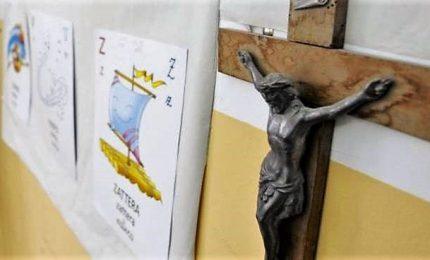L'Amore di Dio verso ogni uomo, il crocifisso oltre la parete