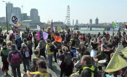 Ecologisti occupano Waterloo Bridge e imbrattano sede di Shell