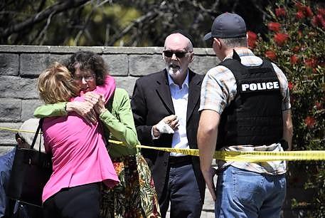 """Attacco contro fedeli di una sinagoga a San Diego, almeno 1 morto. Trump: """"Crimine d'odio"""""""