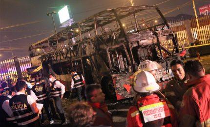 Incendio su un bus passeggeri, almeno 20 morti in Perù