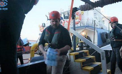 La Ong porta viveri e medicine alla Sea Eye a largo di Malta