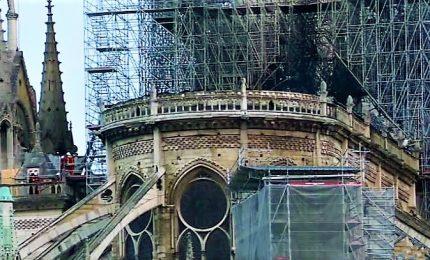 """Parigi elabora il lutto: """"Rivogliamo Notre Dame com'era"""". Salvate le torri, due terzi di tetto crollato. Caccia alle responsabilità. E l'Isis festeggia"""