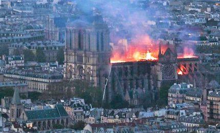Brucia Notre Dame, l'incendio visto dai vari quartieri di Parigi