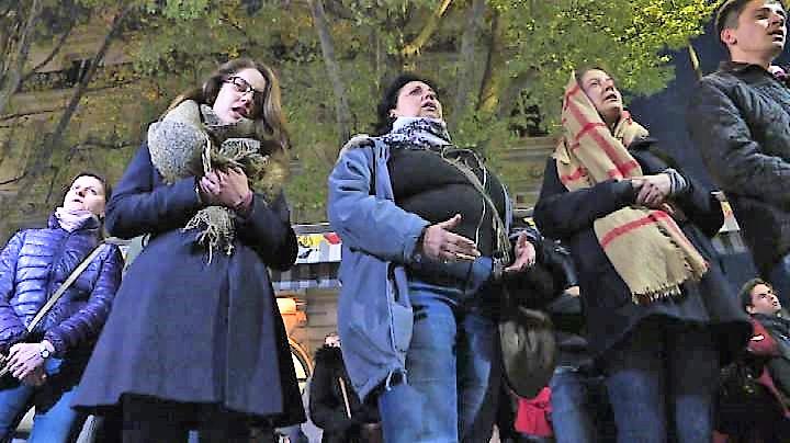 Notte di canti e preghiere di fronte a Notre Dame dopo l'incendio
